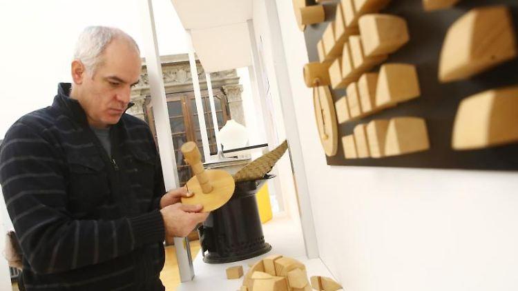 Projektleiter Hans-Peter Grossmann betrachtet ein Bauspiel in der Ausstellung