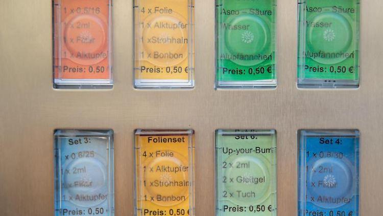 Unterschiedliche Utensilien zum Spritzbesteck werden in einem Spritzenautomaten für Drogenabhängige angeboten. Foto:DanielKarmann