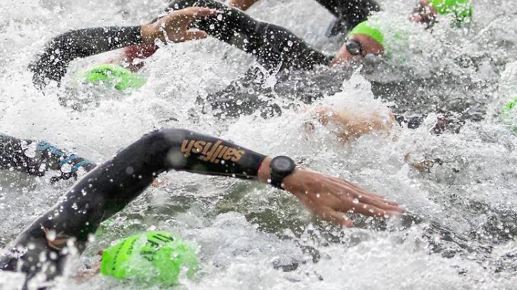 Triathleten starten mit der Schwimmetappe beim Datev Challenge Roth. Foto: Daniel Karmann