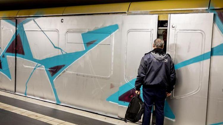 Ein Mann steigt in Berlin in eine U-Bahn ein. Foto: Christoph Soeder/Archivbild