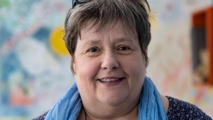 Karin Loos, Geschäftsführerin des Netzwerks für traumatisierte Flüchtlinge, lächelt. Foto:Peter Steffen/Archivbild