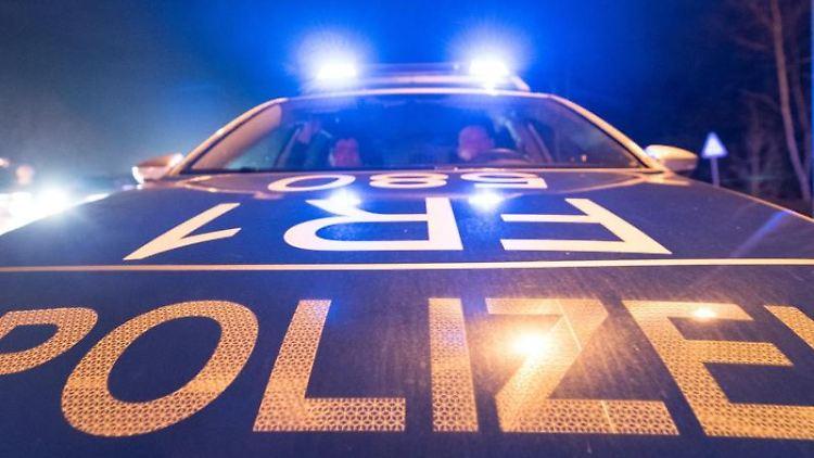 Ein Polizeifahrzeug steht mit Blaulicht auf der Straße. Foto: Patrick Seeger/Archivbild
