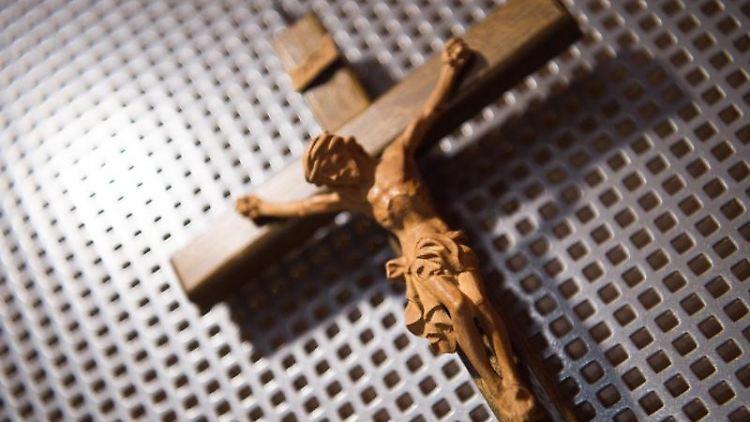 Ein Kruzifix hängt an einer Wand. Foto: Arne Immanuel Bänsch/Archivbild