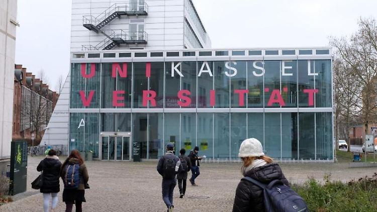Studenten gehen zur Uni in Kassel. Foto: Uwe Zucchi/Archivbild
