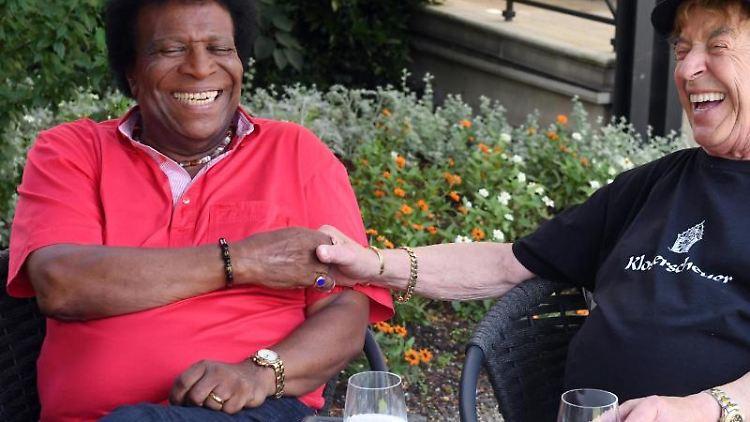 Die Sänger und Entertainer Tony Marshall (r) und Roberto Blanco sitzen im Brenners Park-Hotel nebeneinander. Foto: Uli Deck/Archivbild