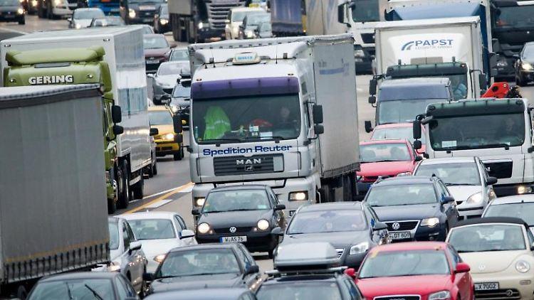 Autos stauen sich auf der Autobahn A3 bei Köln in Richtung Oberhausen. Foto: Rolf Vennenbernd/Archivbild