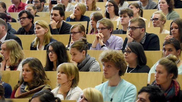 Studenten verfolgen in der Christian-Albrechts-Universität eine Rede. Foto: Carsten Rehder/Archivbild