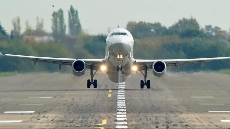 Ein Airbus A321 startet vom Flughafen Hannover. Foto: Christoph Schmidt/Archivbild