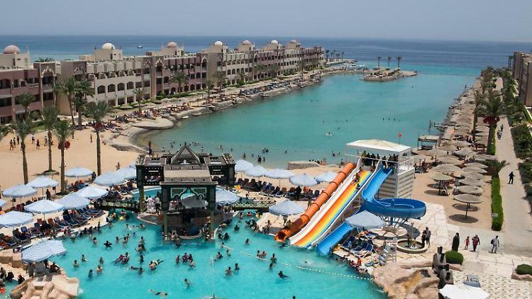 Blick auf die Hotelanlage, an deren Strand ein Mann Urlauber mit einem Messer attackierte. Foto: Christina Rizk/Archivbild