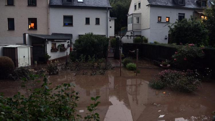Anwesen im Stadtteil Olewig sind von Wasser geflutet. Foto: Harald Tittel