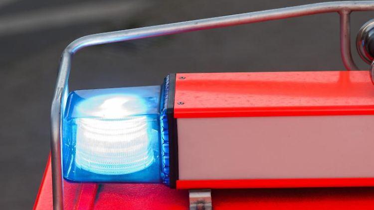 Ein Löschfahrzeug Feuerwehr mit eingeschaltetem Blaulicht. Foto: Daniel Bockwoldt/Archivbild