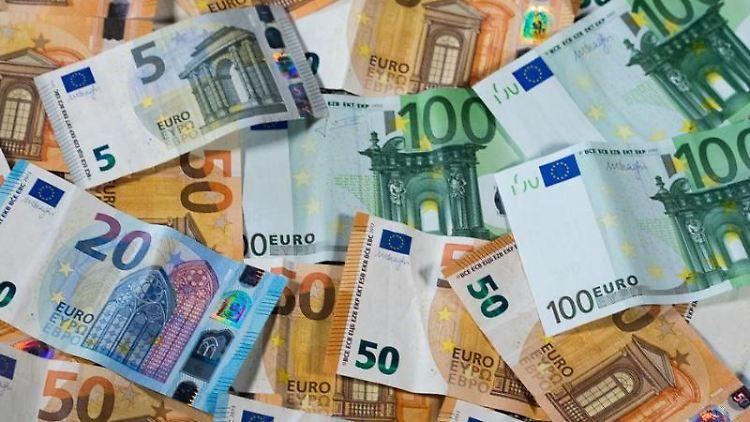 Verschiedene Euro-Geldscheine liegen auf einem Tisch. Foto: Jens Büttner/Archivbild