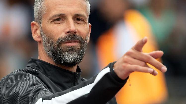 Borussias Trainer Marco Rose gestikuliert. Foto: Federico Gambarini