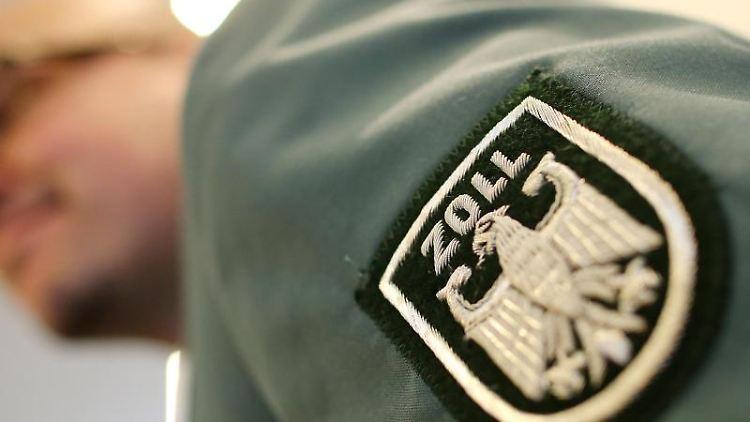 Das Wappen des Zolls ist auf einer Uniform zu sehen. Foto: Malte Christians/Archivbild