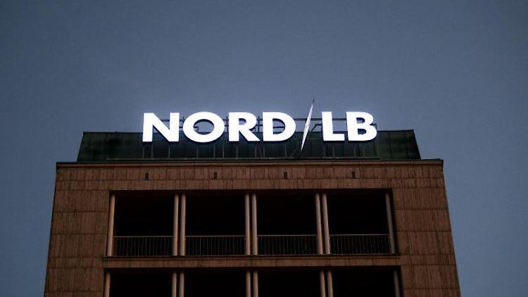 Der Schriftzug der Landesbank leuchtet auf der Zentrale der NordLB. Foto: Julian Stratenschulte/Archivbild