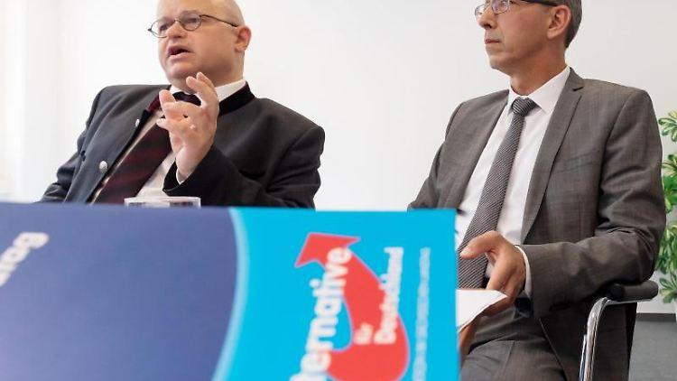 Der AfD-Landesvorsitzende Jörg Urban (r) und der Anwalt Michael Elicker. Foto: Matthias Rietschel
