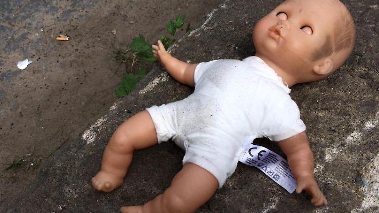 Eine Puppe liegt am Straßenrand. Foto:Daniel Bockwoldt/Archiv
