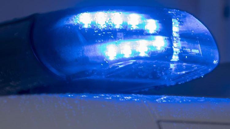 Auf einem Polizeiauto leuchtet ein Blaulicht. Foto: Jens Büttner/Archivbild