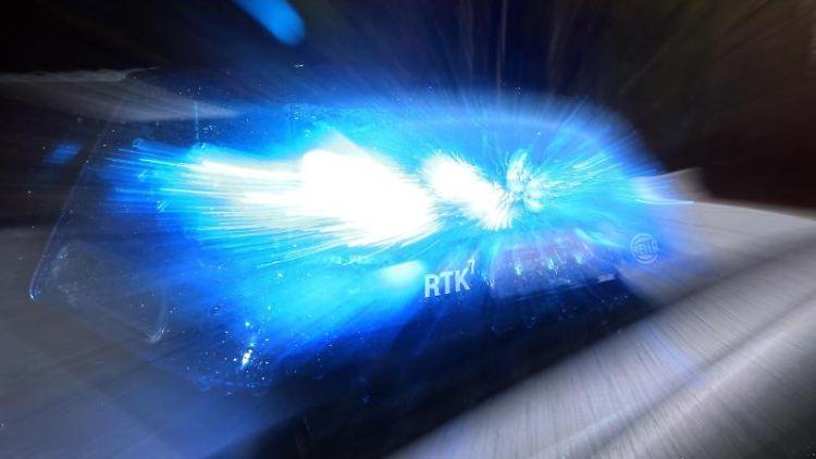 Auf einem Polizeiauto leuchtet ein Blaulicht. Foto: Karl-Josef Hildenbrand/Archivbild