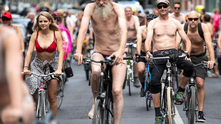 Radfahrer fahren beim ersten