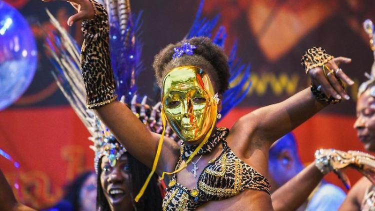 Eine Samba-Tänzerin tanzt auf einer der Bühnen auf Internationalen Samba-Festival Coburg. Foto: Nicolas Armer