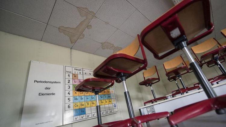 Schäden sind an der Decke eines Unterrichtsraums zu sehen. Foto: Marijan Murat/Archivbild