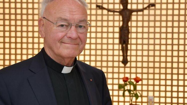Heinz Josef Algermissen steht in der Kapelle in seinem Wohnhaus. Foto: Jörn Perske/Archiv
