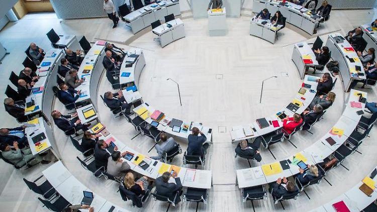 Die Abgeordneten im Landtag debattieren bei der Landtagssitzung in Schwerin. Foto: Jens Büttner/Archivbild