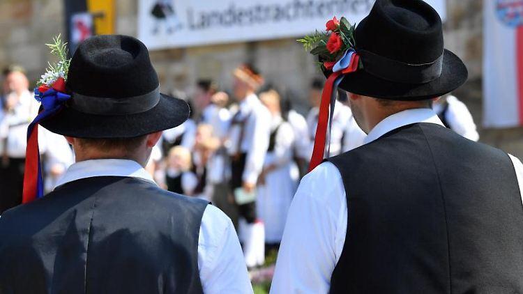 Männer in den Thüringer Trachten aus Mengersgereuth-Hämmern. Foto: Martin Schutt/dpa-Zentralbild/Archiv