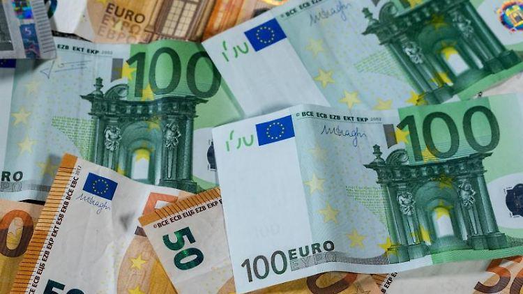 Euro-Geldscheine mit unterschiedlichen Werten liegen aufeinander. Foto: Jens Büttner/Archivbild