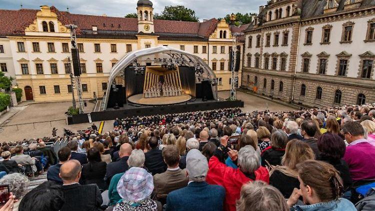 Zuschauer sitzen während der Thurn-und-Taxis-Schlossfestspiele mit der Oper