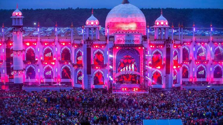 Besucher tanzen vor der Hauptbühne des Elektro-Festivals