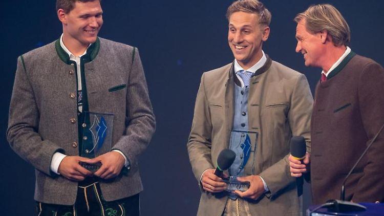 Die Skifahrer Thomas Dreßen (l) und Josef Ferstl (M) bekommen den bayerischen Sportpreis 2019 überreicht. Foto:Peter Kneffel