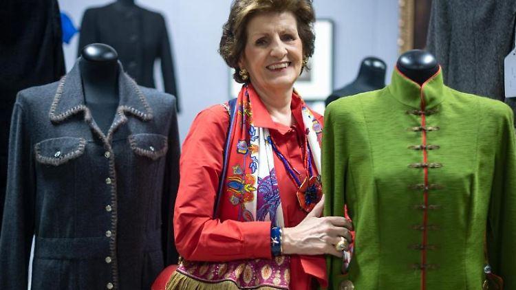 Monika Gottlieb steht neben einem Kostüm von Dior, das im Auktionshaus Neumeister präsentiert wird. Foto: Sina Schuldt