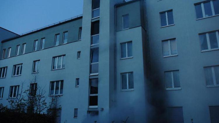 Rauch steigt aus einer Haustür einer Wohnanlage am Hofzeichendamm in Karow. Foto: Paul Zinken