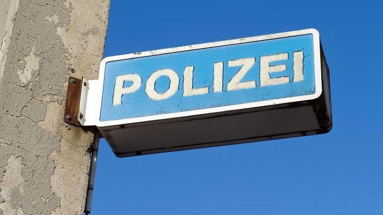 Blick auf das Hinweisschild eines Polizeireviers. Foto: Stefan Sauer/Archivbild