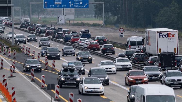 Viel Verkehr auf der Autobahn. Foto: Peter Steffen/Archivbild