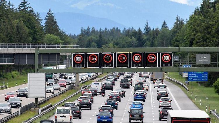 Dichter Verkehr schiebt sich über die A8 bei Hofolding. Foto: Matthias Balk