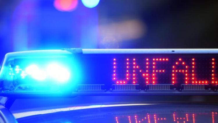 Auf einem Polizeifahrzeug warnt eine Leuchtschrift vor einem Unfall. Foto: Stefan Puchner/Archivbild