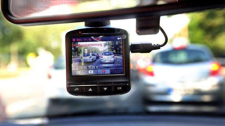 Eine sogenannte Dashcam, befestigt an der Windschutzschreibe, filmt den Straßenverkehr aus einem Auto. Foto: Wolfgang Kumm/Archivbild