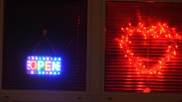 Eine Leuchtreklame in Form eines roten Herzens ist an der Außenfassade eines Bordells zu sehen. Foto:Patrick Seeger/Archivbild