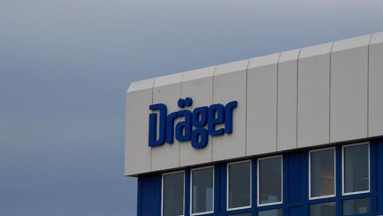 Das Logo des Medizin- und Sicherheitstechnikkonzern Dräger ist am 17.01.2017 an einem Gebäude in Lübeck zu sehen. Foto: Carsten Rehder/Archiv