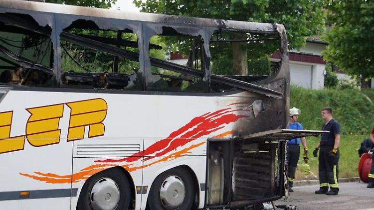 Reisebus fängt Feuer: 28 Kinder mit Betreuern gerettet.Foto: Hemmann/SDMG