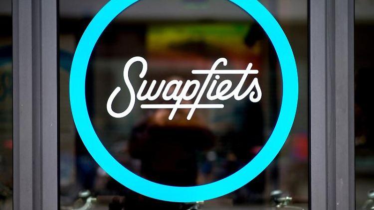 Das Logo des Unternehmens Swapfiets klebt an einem Schaufenster einer Filiale. Foto: H.-C. Dittrich/Archiv