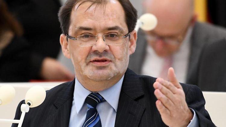 Brandenburgs Umwelt- und Landwirtschaftsminister Jörg Vogelsänger(SPD). Foto: Bernd Settnik/Archiv