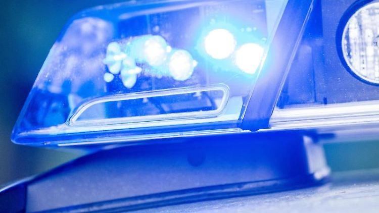 Ein Blaulicht leuchtet an einer Polizeistreife. Foto: Lino Mirgeler/Archivbild