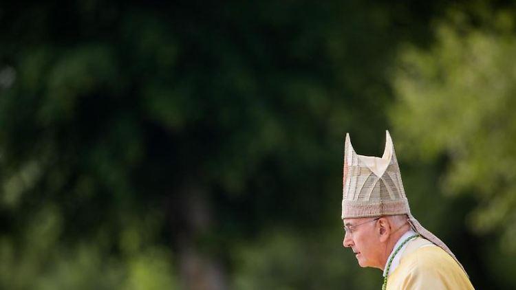 Felix Genn, Bischof von Münster, spricht bei einem Gottesdienst. Foto: Rolf Vennenbernd/Archivbild