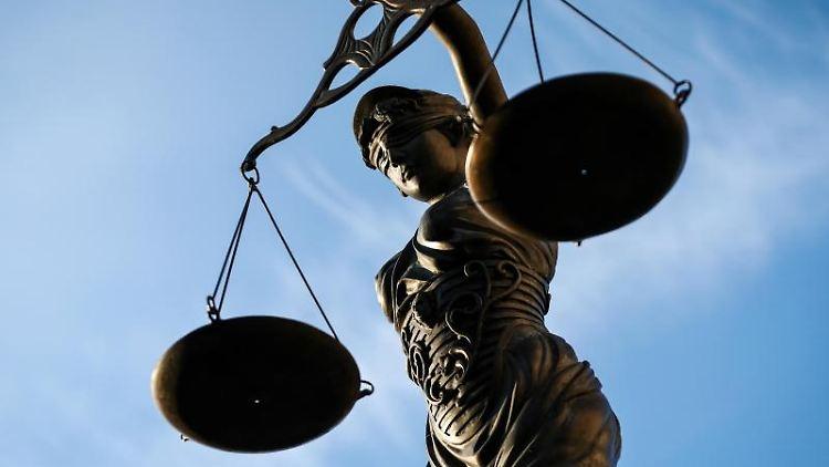 Eine Statue der Justitia hält eine Waage in der Hand. Foto: David-Wolfgang Ebener/Archivbild