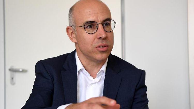 Gabriel Felbermayr, Chef des Instituts für Weltwirtschaft (IfW), sitzt in der Universität von Kiel und redet. Foto: Carsten Rehder/Archiv