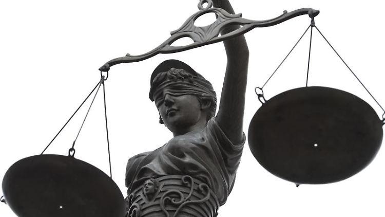 Eine Statue der Justitia mit einer Waage in ihrer Hand. Foto: David-Wolfgang Ebener/Archiv
